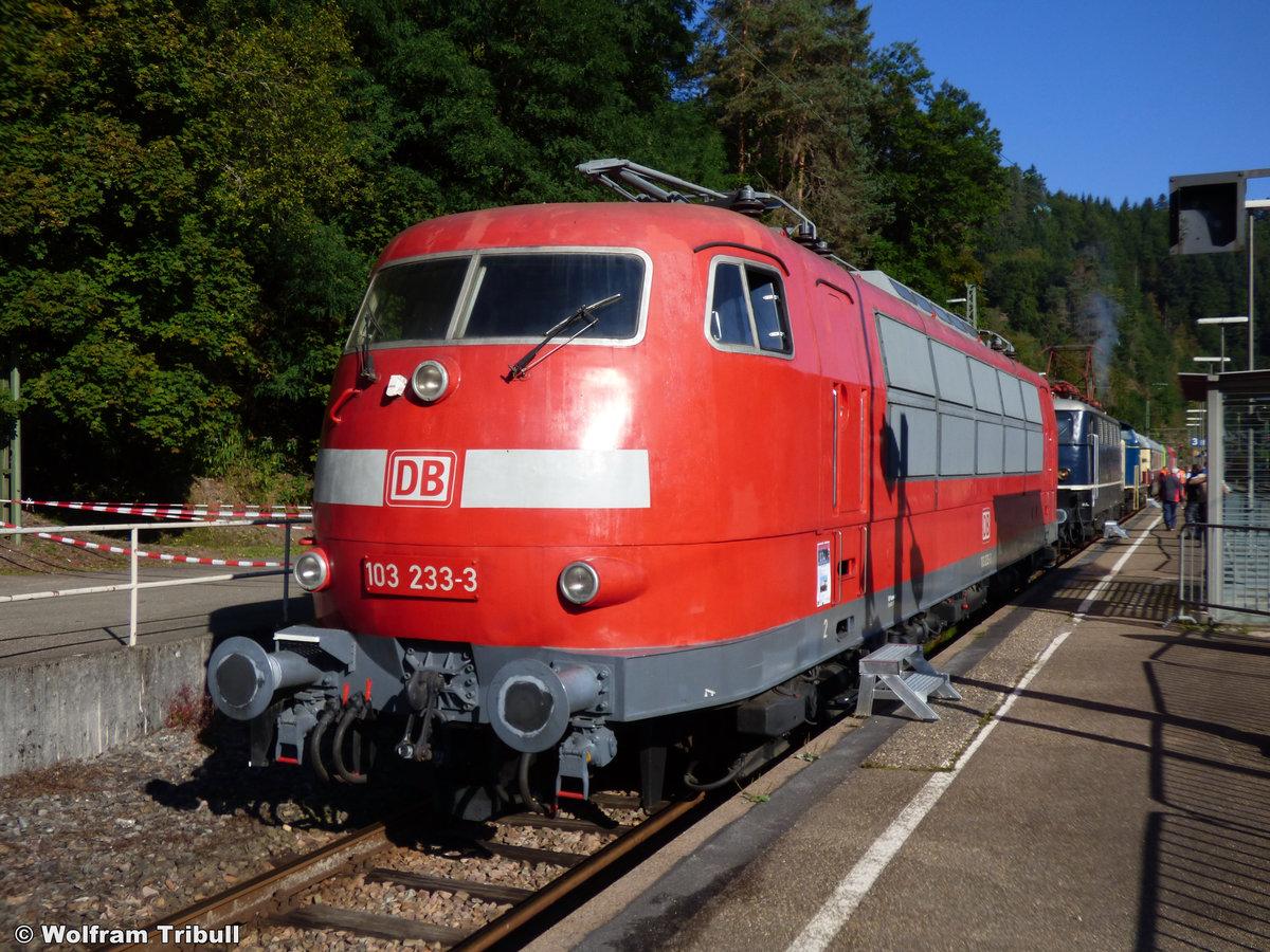 103 233-3 aufgenommen am 25.09.2016 auf dem Bahnhofsfest 2016 im Bahnhof Triberg